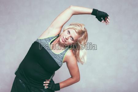 buxom sportliche fitness frau stretching koerper