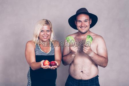 lustige korpulente paar mit obst und