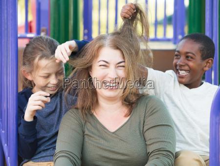 sons mit dem haar spielt der