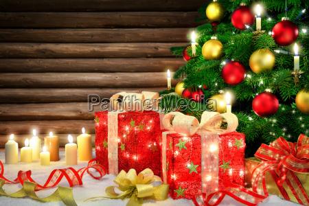elegante dekoration fuer weihnachten mit weihnachtsbaum