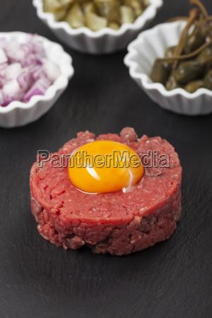 steak tartar mit eigelb