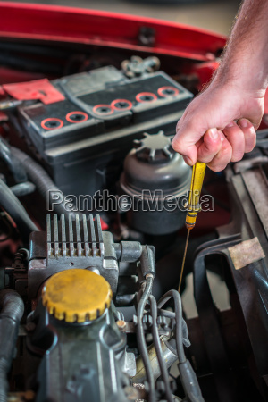 kfz mechaniker in der auto reparatur