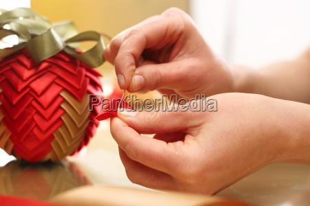 weihnachtsdekoration christbaumschmuck aus baendern hergestellt
