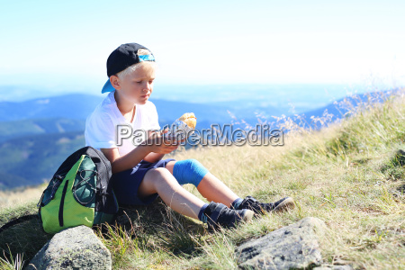 dziecko je kanapke na gorskim szlaku