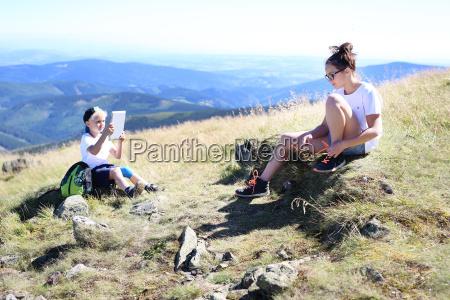 odpoczynek na szlaku gorskiej wyprawy chlopiec