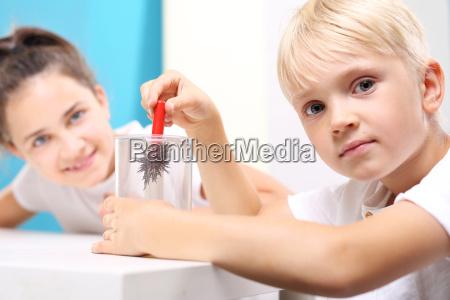 dzieci ogladaja zjawisko pola magnetycznego na