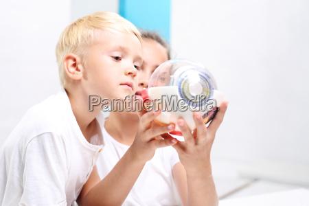 dzieci ogladaja modell oka w laboratorium