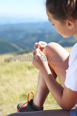 gehaeutet knie ein junger tourist geklebt