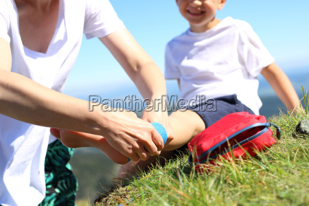 bandagierung fussverletzung kind verdrehten bein