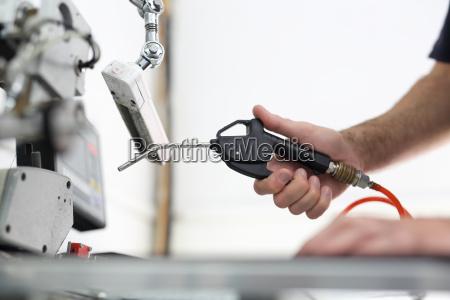 die produktionsanlage die reinigung der naehmaschine