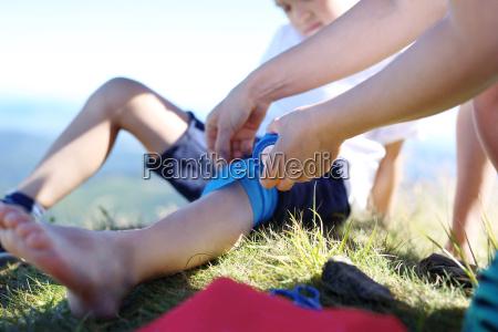 mutter bietet kinder knie elastische binde