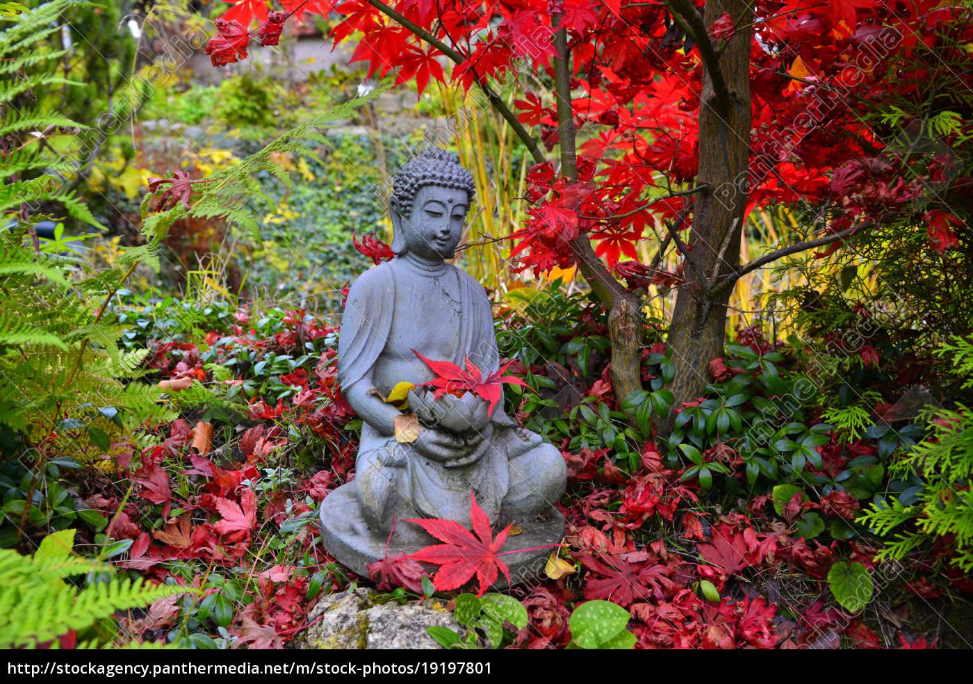 Bunter Herbst Im Garten An Einem Teich Mit Einem Buddha Stockfoto