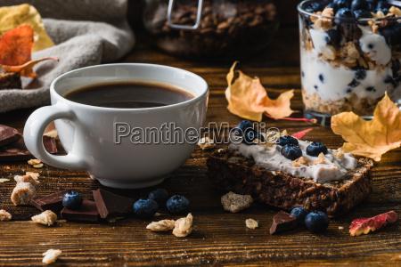 kaffeetasse und blueberry toast