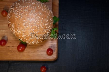 leckerer frischer hamburger auf einem schneidebrett