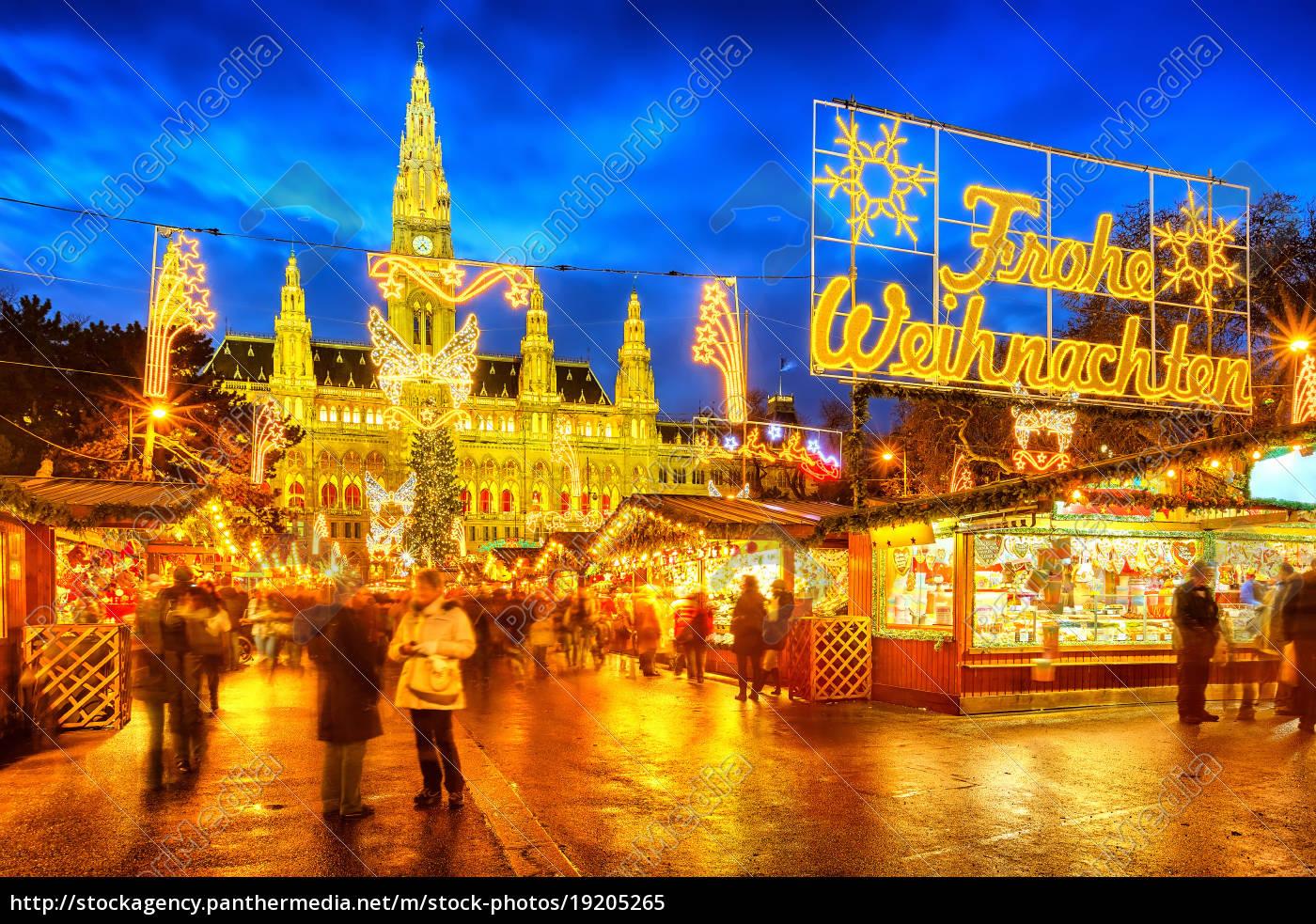Frohe Weihnachten Hindi.Stockfoto 19205265 Weihnachtsmarkt Mit Frohe Weihnachten Zeichen In Wien