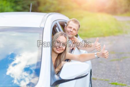 junge menschen geniessen einen roadtrip im