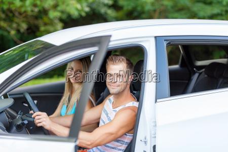 jugendliche geniessen einen roadtrip im auto