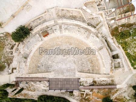 luftaufnahme der antiken theater von kourion