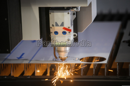 laserschneiden von flachen blechstahlmaterial mit funken