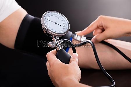 arzt ueberpruefung blutdruck von patienten
