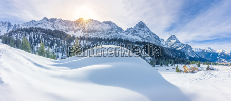 bergdorf und schneebedeckte alpen