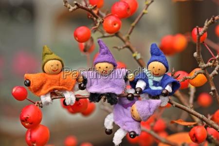 vier kleine wichtel sitzen im bonsai