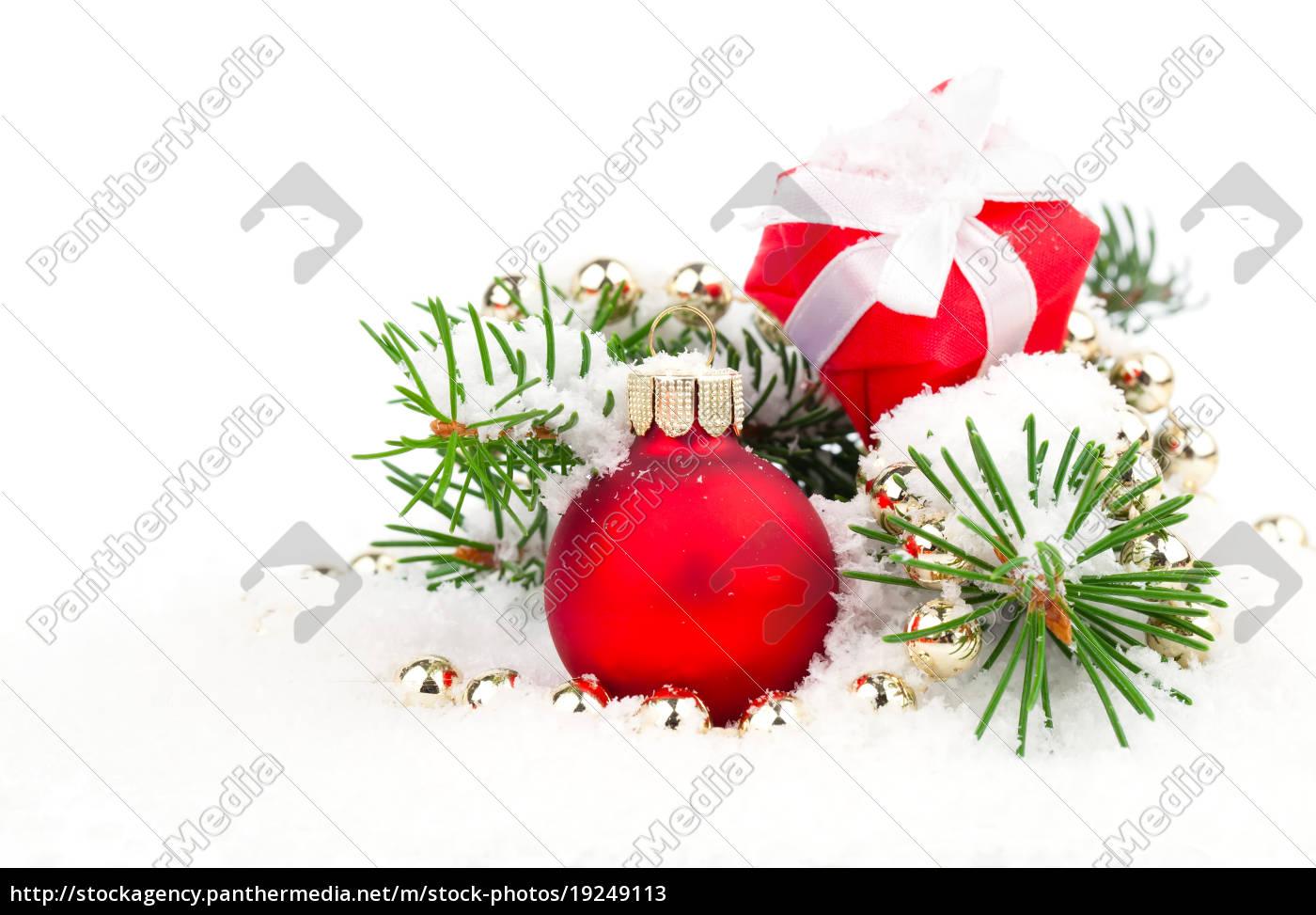 weihnachtsbaum mit weihnachtskugeln auf schnee. Black Bedroom Furniture Sets. Home Design Ideas