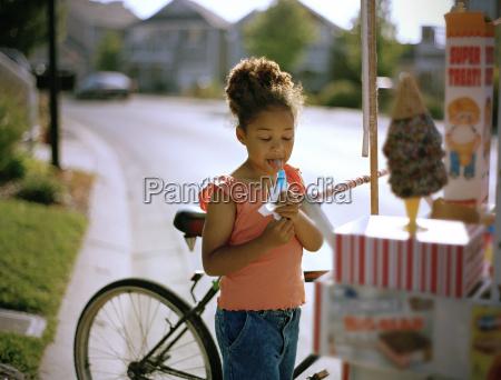 junges maedchendas ein popsicle leckt