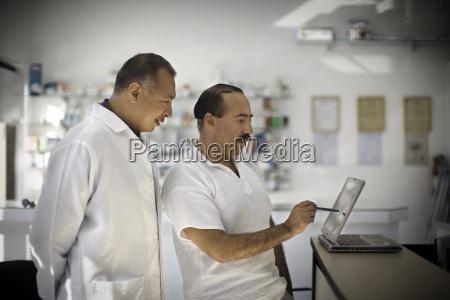zwei forscher schauen aufmerksam auf den