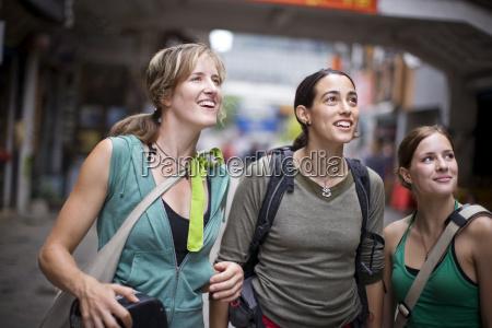 drei junge erwachsene maedchen auf reisen
