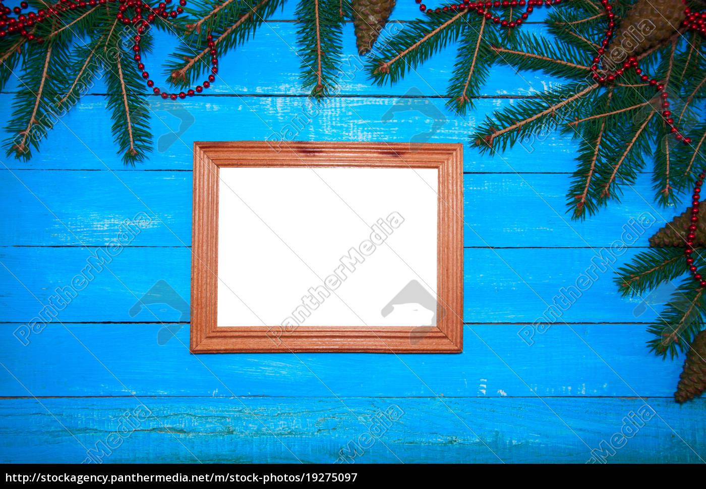 hölzerner fotorahmen auf einem blauen hölzernen - Lizenzfreies Bild ...