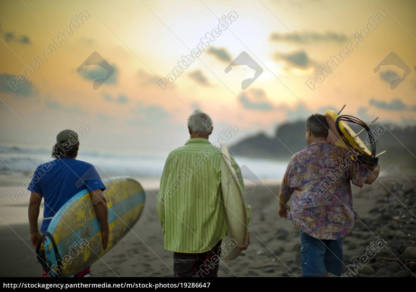 drei, männer, surfbretter, tragen, zu, fuß - 19286647