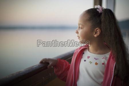junges maedchen auf einem boot auf