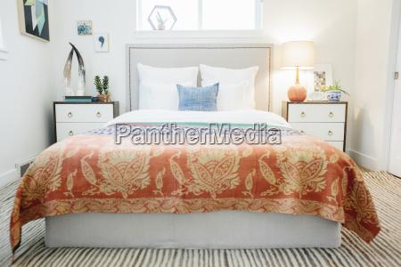 ein schlafzimmer in einer wohnung mit