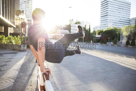 spanien madrid mann springt ueber einen