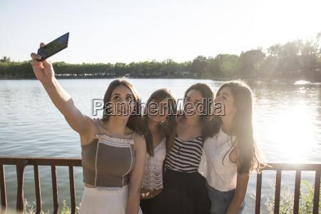 vier freunde stehen im sonnenlicht vor