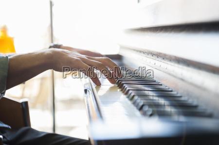close up des menschen spielt klavier