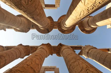 AEgypten luxor karnak tempel saeulen flachwinkelansicht