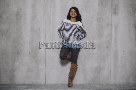 weibliche indischen stuetzte sich auf betonwand