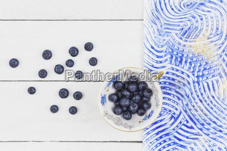 sammler tasse mit heidelbeeren bunte paste