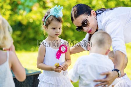 mutter mit kleinen kindern im garten