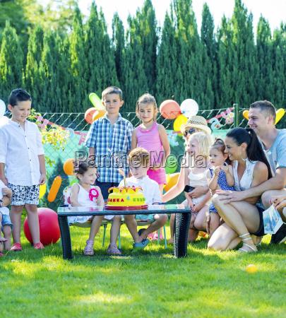 kinder feiern geburtstagsparty mit freunden und
