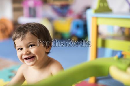 portrait des babys spielt im kinderzimmer