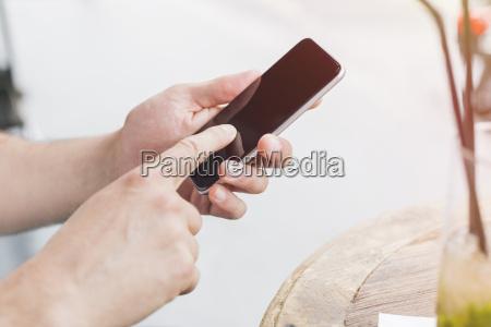man zeigefinger tippen auf dem display