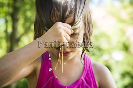 kleines maedchen das ihr nasses haar