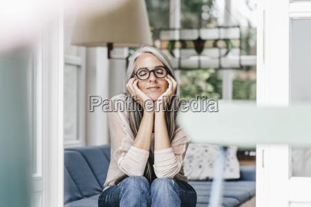 kvinde slapper af med hoved i
