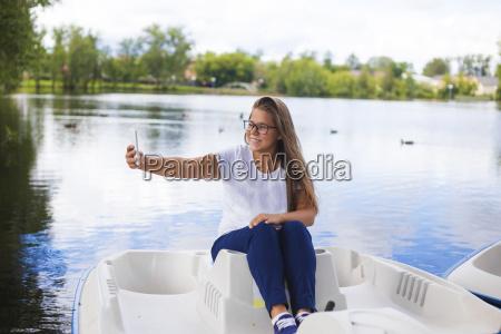 russland tikhvin teenager maedchen mit smartphone