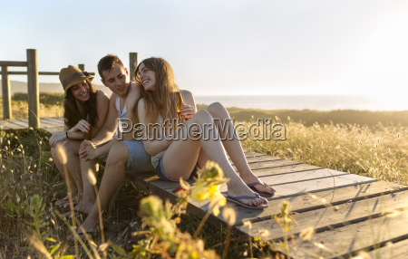 freunde die auf der strandpromenade am