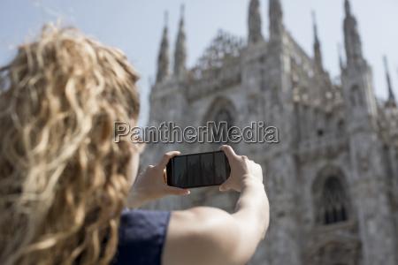 italien mailand rueckansicht des touristen der
