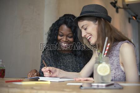cafe schreiben schreibend schreibt freundschaft schrift